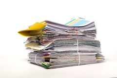 Σωρός των επιχειρησιακών εγγράφων που απομονώνονται στο λευκό Στοκ Εικόνες