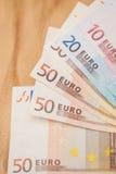 Σωρός των ευρο- τραπεζογραμματίων σε έναν ξύλινο πίνακα Στοκ Εικόνες
