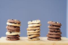 Σωρός των εύγευστων μπισκότων τσιπ σοκολάτας, τρεις σειρές των νόστιμων σπιτικών μπισκότων Στοκ εικόνα με δικαίωμα ελεύθερης χρήσης
