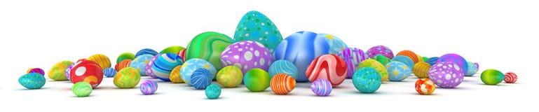 Σωρός των ζωηρόχρωμων αυγών Πάσχας που απομονώνονται στο λευκό ελεύθερη απεικόνιση δικαιώματος
