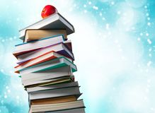 Σωρός των ζωηρόχρωμων βιβλίων και του φρέσκου μήλου Στοκ εικόνες με δικαίωμα ελεύθερης χρήσης