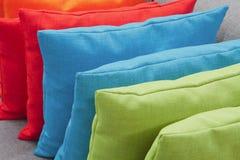 Σωρός των ζωηρόχρωμων μαξιλαριών Στοκ Φωτογραφίες