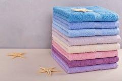 Σωρός των ζωηρόχρωμων πετσετών λουτρών στο ελαφρύ υπόβαθρο Στοκ Εικόνα