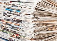 Σωρός των ημερήσιων εφημερίδων ειδήσεων Στοκ εικόνα με δικαίωμα ελεύθερης χρήσης