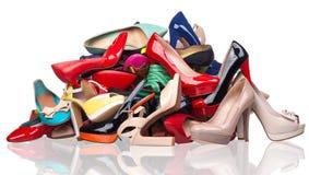 Σωρός των διάφορων θηλυκών παπουτσιών πέρα από το λευκό Στοκ Εικόνες