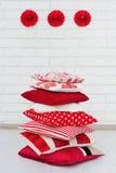Σωρός των διακοσμητικών κόκκινων μαξιλαριών Στοκ Φωτογραφία