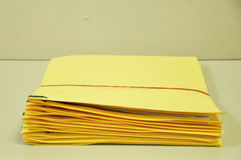 Σωρός των κίτρινων φακέλλων στον πίνακα Στοκ Εικόνες