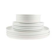 Σωρός των καθαρών άσπρων πιάτων πιάτων που απομονώνονται Στοκ φωτογραφία με δικαίωμα ελεύθερης χρήσης