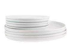 Σωρός των καθαρών άσπρων πιάτων πιάτων που απομονώνονται Στοκ εικόνες με δικαίωμα ελεύθερης χρήσης