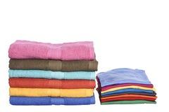 Σωρός των καθαρών ενδυμάτων και των διπλωμένων πετσετών Στοκ φωτογραφίες με δικαίωμα ελεύθερης χρήσης