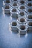 Σωρός των καρυδιών κατασκευής στη μεταλλική συντήρηση υποβάθρου ομο Στοκ φωτογραφία με δικαίωμα ελεύθερης χρήσης