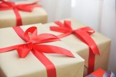 Σωρός των καφετιών κιβωτίων δώρων για τα Χριστούγεννα και το νέο έτος Στοκ φωτογραφίες με δικαίωμα ελεύθερης χρήσης