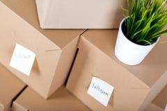 Σωρός των καφετιών κουτιών από χαρτόνι με τα αγαθά σπιτιών ή γραφείων Στοκ Εικόνα