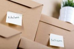 Σωρός των καφετιών κουτιών από χαρτόνι με τα αγαθά σπιτιών ή γραφείων Στοκ εικόνες με δικαίωμα ελεύθερης χρήσης