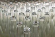 Σωρός των κενών διαφανών μπουκαλιών γυαλιού Στοκ Φωτογραφίες