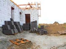 Σωρός των κεραμιδιών στεγών έτοιμων να εγκαταστήσουν στο constructio υλικού κατασκευής σκεπής σπιτιών στοκ φωτογραφίες