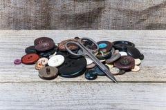 Σωρός των κουμπιών, ψαλίδι Στοκ εικόνες με δικαίωμα ελεύθερης χρήσης