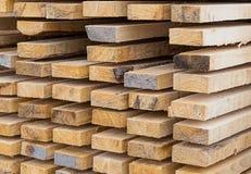 Σωρός των κωνοφόρων πινάκων, σχέδιο οικοδομικών υλικών μια φυσική βάση Στοκ φωτογραφία με δικαίωμα ελεύθερης χρήσης