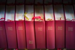 Σωρός των κόκκινων βιβλίων Βίβλων στην εκκλησία Σουηδία, Ευρώπη Στοκ εικόνα με δικαίωμα ελεύθερης χρήσης