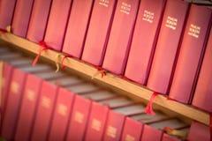 Σωρός των κόκκινων βιβλίων Βίβλων στην εκκλησία Σουηδία, Ευρώπη Στοκ φωτογραφίες με δικαίωμα ελεύθερης χρήσης