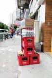 Σωρός των κόκκινων κλουβιών κόκα κόλα Στοκ φωτογραφία με δικαίωμα ελεύθερης χρήσης
