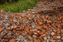 Σωρός των κόκκινων τούβλων που έχουν μείνει στο σπίτι μετά από καταστρεμμένος στοκ φωτογραφία