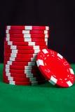 Σωρός των κόκκινων τσιπ σε έναν πράσινο πίνακα παιχνιδιού Στοκ Εικόνα