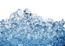 Σωρός των κύβων πάγου που τονίζονται στο μπλε στοκ εικόνες