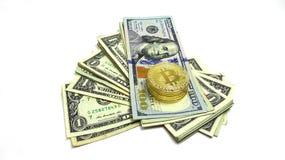 Σωρός των λογαριασμών ενός δολαρίου και του λογαριασμού εκατό και Bitcoin Εικόνα φωτογραφιών Στοκ Εικόνα
