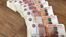 Σωρός των λογαριασμών στα πακέτα των ρωσικών χρημάτων ρουβλιών απόθεμα βίντεο