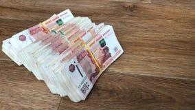 Σωρός των λογαριασμών στα πακέτα των ρωσικών χρημάτων ρουβλιών φιλμ μικρού μήκους