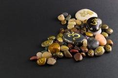 Σωρός των μικρών διακοσμητικών πετρών που χρωματίζονται με το σύμβολο του OM Στοκ φωτογραφία με δικαίωμα ελεύθερης χρήσης