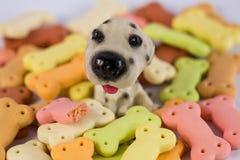 Σωρός των μπισκότων σκυλιών με μορφή ενός κόκκαλου για το σκυλί Στοκ εικόνα με δικαίωμα ελεύθερης χρήσης