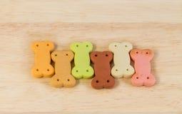 Σωρός των μπισκότων σκυλιών με μορφή ενός κόκκαλου για το σκυλί Στοκ Φωτογραφία