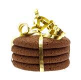 Σωρός των μπισκότων σοκολάτας που τυλίγονται με μια σγουρή κορδέλλα Στοκ φωτογραφία με δικαίωμα ελεύθερης χρήσης
