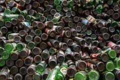 Σωρός των μπουκαλιών μπύρας που αποθηκεύονται υπαίθριων για την πώληση για την ανακύκλωση Στοκ εικόνες με δικαίωμα ελεύθερης χρήσης