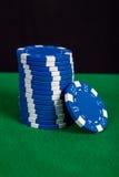 Σωρός των μπλε τσιπ σε έναν πράσινο πίνακα παιχνιδιού Στοκ Εικόνες