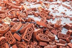 Σωρός των νέων άθικτων και κτυπημένων τούβλων Στοκ φωτογραφία με δικαίωμα ελεύθερης χρήσης