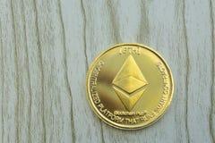 Σωρός των νομισμάτων ή του ethereum αιθέρα στο χρυσό υπόβαθρο που επεξηγούν blockchain και cyber το νόμισμα στοκ εικόνα