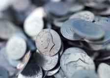 Σωρός των νομισμάτων ΑΜΕΡΙΚΑΝΙΚΩΝ δεκαρών, λαμπρή, μεταλλική, τρισδιάστατη απόδοση διανυσματική απεικόνιση