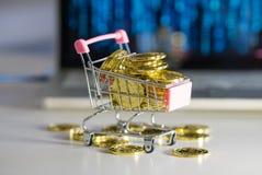 Σωρός των νομισμάτων Κάρρο με το bitcoin όπου Στοκ φωτογραφίες με δικαίωμα ελεύθερης χρήσης