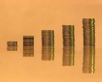 Σωρός των νομισμάτων σε μια θλιβερή αρνητική σκιά στοκ φωτογραφίες