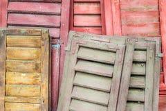 Σωρός των ξεπερασμένων louver πορτών στοκ εικόνα με δικαίωμα ελεύθερης χρήσης