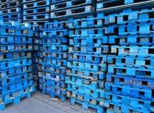 Σωρός των ξύλινων ευρο- παλετών που χρωματίζονται στο μπλε Στοκ Φωτογραφίες
