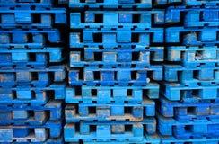 Σωρός των ξύλινων ευρο- παλετών που χρωματίζονται στο μπλε Στοκ εικόνα με δικαίωμα ελεύθερης χρήσης