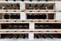 Σωρός των ξύλινων παλετών στην αποθήκη εμπορευμάτων εργοστασίων Στοκ Φωτογραφία