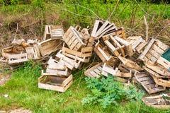 Σωρός των ξύλινων κλουβιών στον αγροτικό τομέα Στοκ φωτογραφία με δικαίωμα ελεύθερης χρήσης