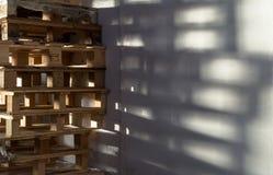 Σωρός των ξύλινων παλετών αποθήκευσης Στοκ εικόνες με δικαίωμα ελεύθερης χρήσης