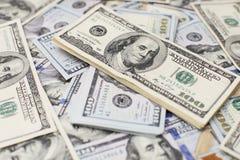 Σωρός των λογαριασμών εκατό δολαρίων στο υπόβαθρο χρημάτων Ρηχός τομέας βάθους Εκλεκτική εστίαση Στοκ φωτογραφία με δικαίωμα ελεύθερης χρήσης