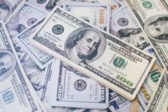 Σωρός των λογαριασμών εκατό δολαρίων στο υπόβαθρο χρημάτων Ρηχός τομέας βάθους Εκλεκτική εστίαση Στοκ Φωτογραφία